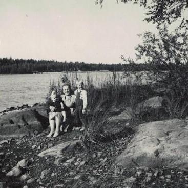 Sirkka Sipponen lasten kanssa rannalla