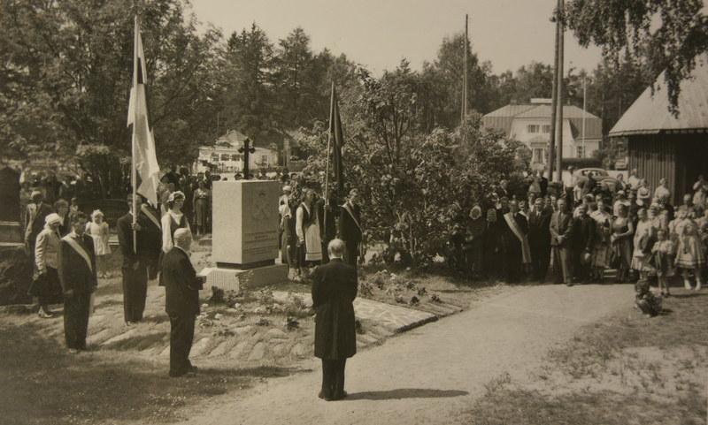 Karjalaan jääneiden vainajien muistomerkki 1957.JPG