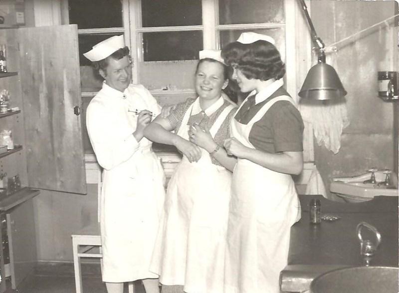 Keuruun kunnansairaalan hoitajia toimenpidehuoneessa.jpg