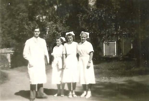 Henkilökuntaa Keuruun sairaalan pihassa.jpg