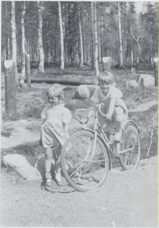Sisarukset onnellisina synnyinseudullaan Valkjärvellä kesällä 1938. Vasemmalla Raili ja oikealla pyöränsä kanssa Kyllikki Uosukainen.