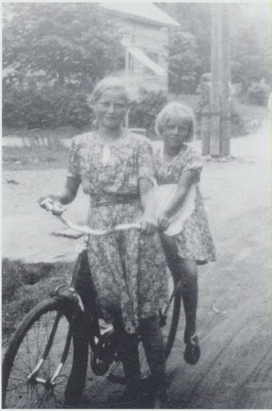 Tytöt matkalla mummolaan