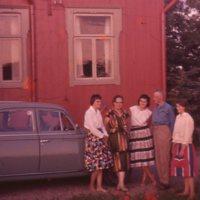Esteri ja Ossi Ampialan perhe Iso-Huttulassa 1950-luvun lopulla