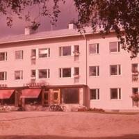 Lastenpukimo Keuruun Tiina ja Radiohuolto T. Niemelän kodinkoneliike Osuuskassan talossa.
