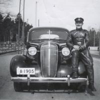 Paavo Larmi ja nahkainen ajopuku, Chervolet vm. 1937 Hesperiankadulla.jpg