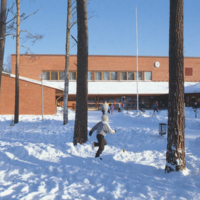 IMG 80_kivelän_uuden_koulun_pihaa_1986.jpg