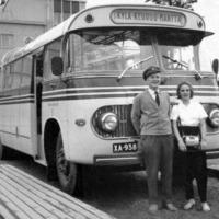 Töysän auto linja-autoasemalla 1960-luvun alkupuolella. Autonkuljettajana Erik Patama.