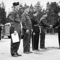 Palopäällikkö Nevanen ja palolaitoksen henkilökuntaa Keuruun vanhalla urheilukentällä