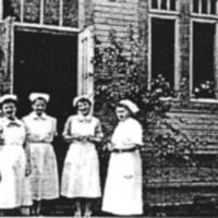 Henkilökuntaa vanhan sairaalan pääoven edessä kesällä 1959