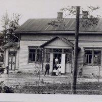 Rautatievirkamies perheineen asuntonsa edessä Keuruulla